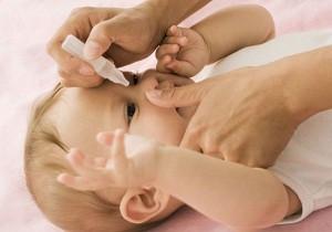 гноится глаз у новорожденного чем лечить