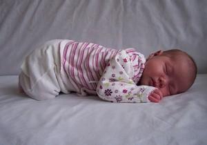сколько спит ребенок в 1 месяц