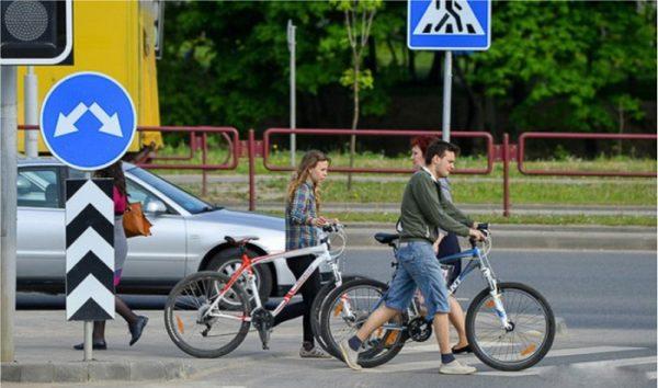 Где предписано спешиваться и вести велосипед рядом?