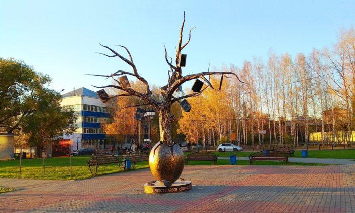 Памятник «Древо знаний»