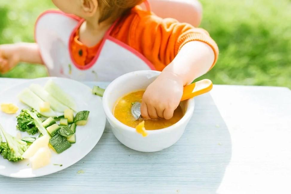 Когда и как переводить ребёнка на общий стол