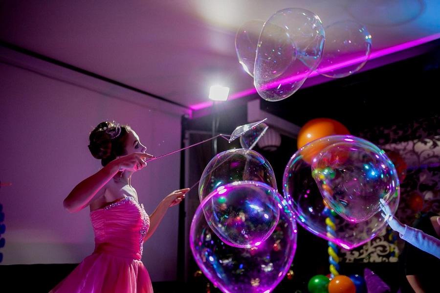 Что такое шоу мыльных пузырей и почему его так любят дети?